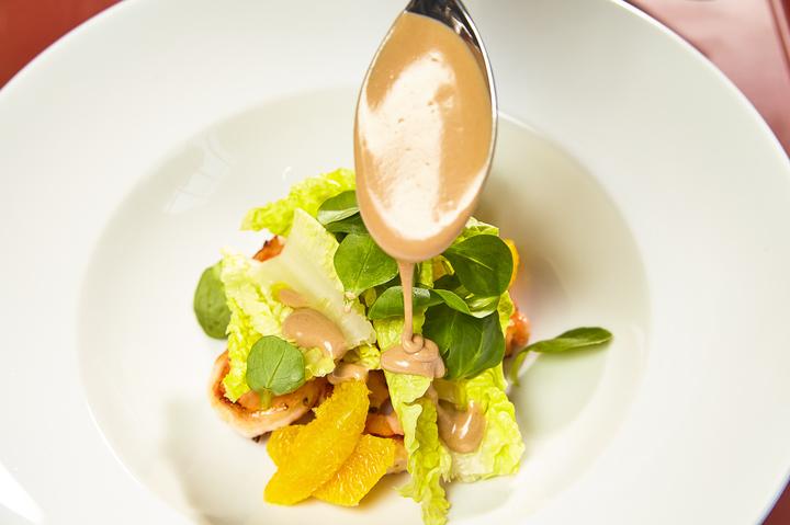 Салат с креветками и шоколадным соусом