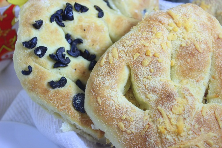 Лепешки с сыром и маслинами