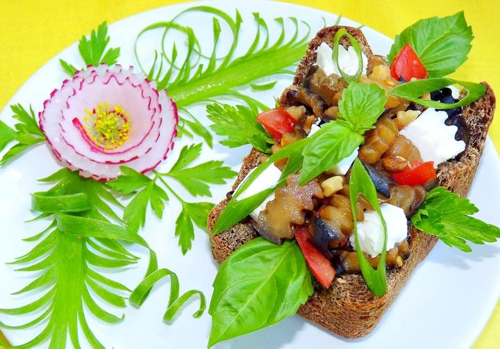 Салат из баклажанов в хлебной чаше
