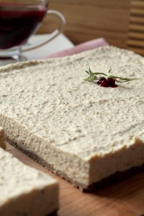 Чизкейк мясной с брусничным соусом