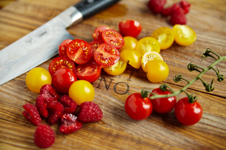 Салат из томатов и малины