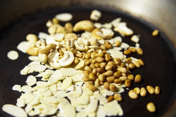 Паста с орешками и свекольным соком
